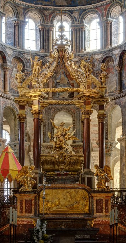 800px-Tomb_of_Saint_Saturnin_-_Basilique_Saint-Sernin_-_Exposures_blending
